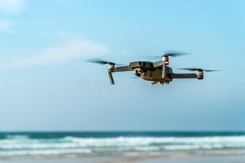 UAV truteń Quadcopter I Cyfrowej kamery latanie Na plaży obraz royalty free
