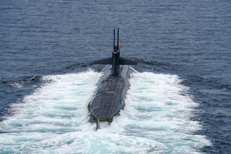 Ubåt USS Louisville för snabb attack av U S Marinen seglar på yttersidan av havet arkivbilder