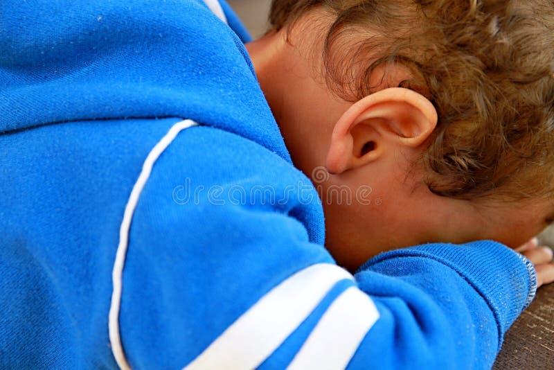 Ubóstwo chłopiec płacz obraz stock