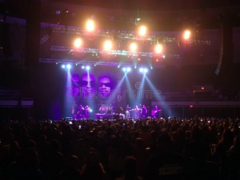 UB40 gioca il concerto finale in scena ad una folla esaurita immagini stock