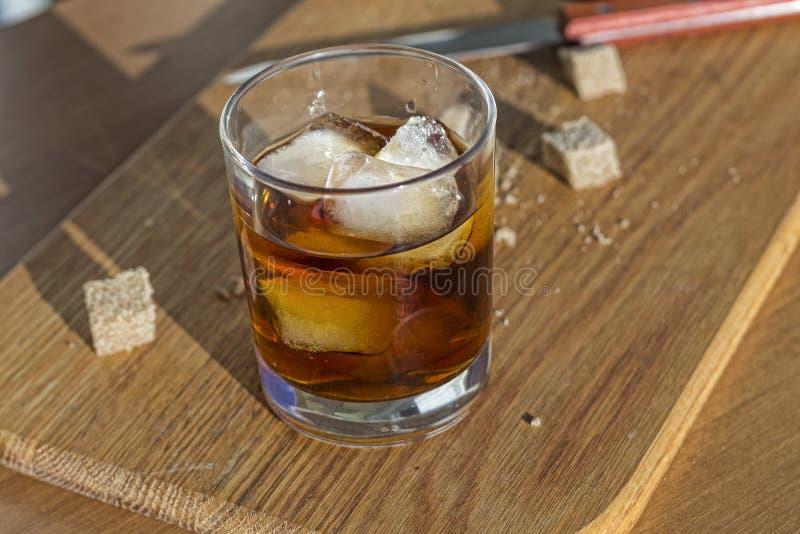 Uba Libre, ron marrón, cóctel cubano del famouse, cal sabrosa fotografía de archivo libre de regalías