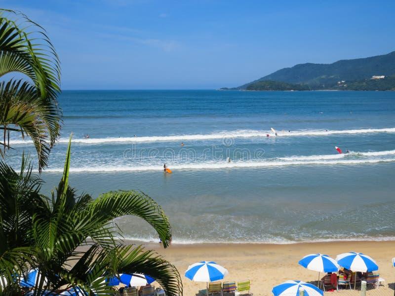 Ubatuba, Sao Paulo, Brasile, il 27 aprile 2019, Praia fa Sape, vista della spiaggia un giorno soleggiato immagine stock libera da diritti