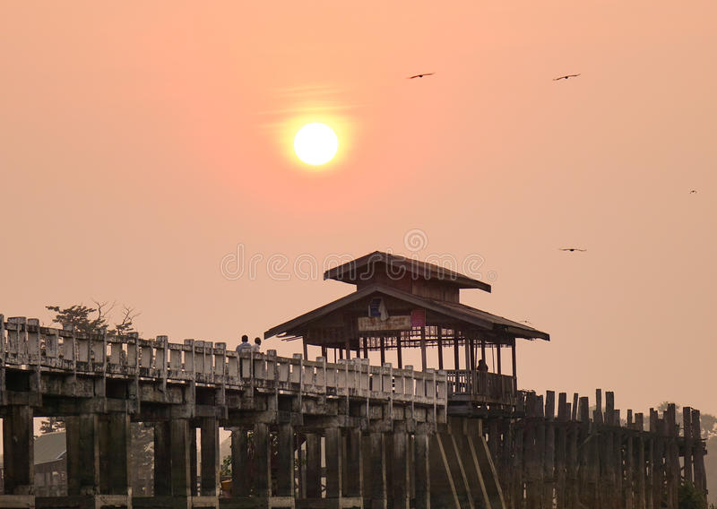 Ubein bridge at sunrise in Mandalay, Myanmar. U Bein Bridge is a crossing that spans the Taungthaman Lake near Amarapura in Myanmar stock photos