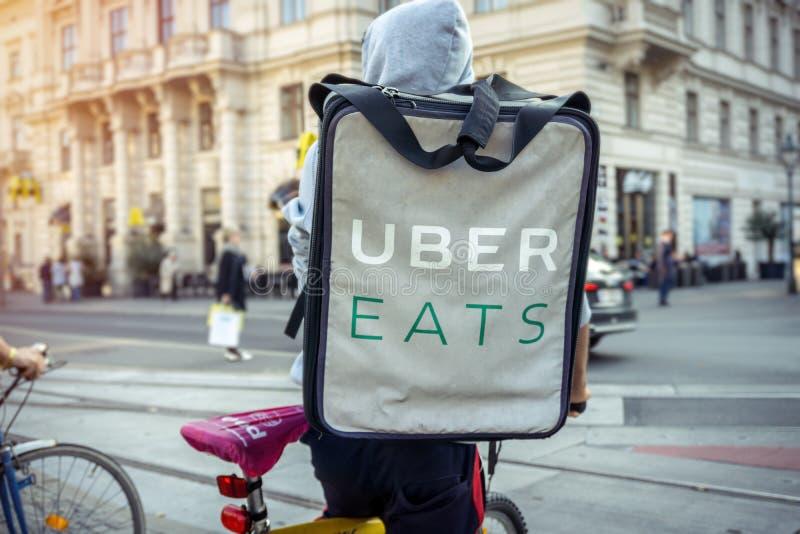 Uber ест водителя велосипеда поставки еды стоковая фотография