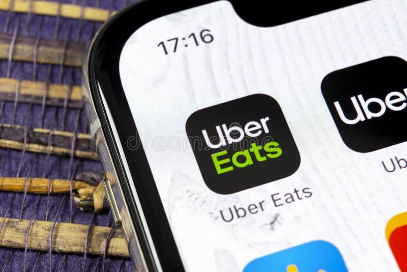 Uber come el icono del uso en el primer de la pantalla del smartphone del iPhone X de Apple Uber come el icono del app Red social imagen de archivo libre de regalías
