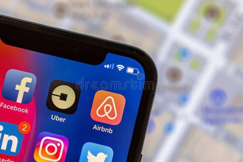Uberapp embleem op mobiele telefoon met straatkaart op achtergrond royalty-vrije stock fotografie