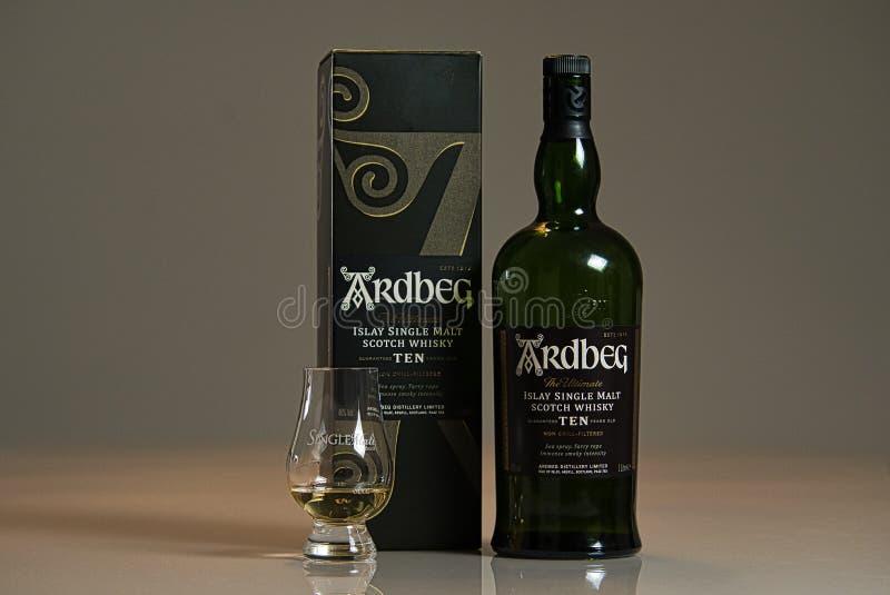 Uberlândia, MG, Brazilië - 28 oktober 2019 Ardbeg Ten Peated Single Malt Scotch Whisky royalty-vrije stock foto's