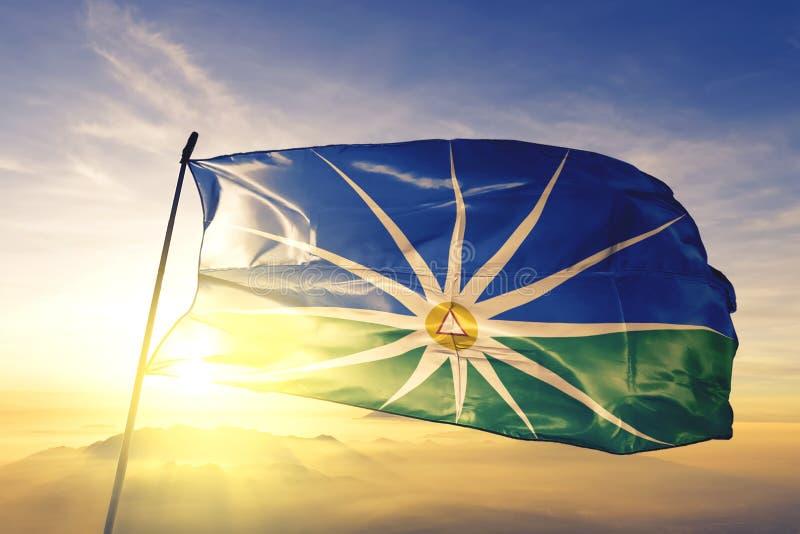 Uberlandia von Brasilianischer Flagge, die auf dem obersten Sonnenaufgangsnebel schwingt lizenzfreie stockfotos