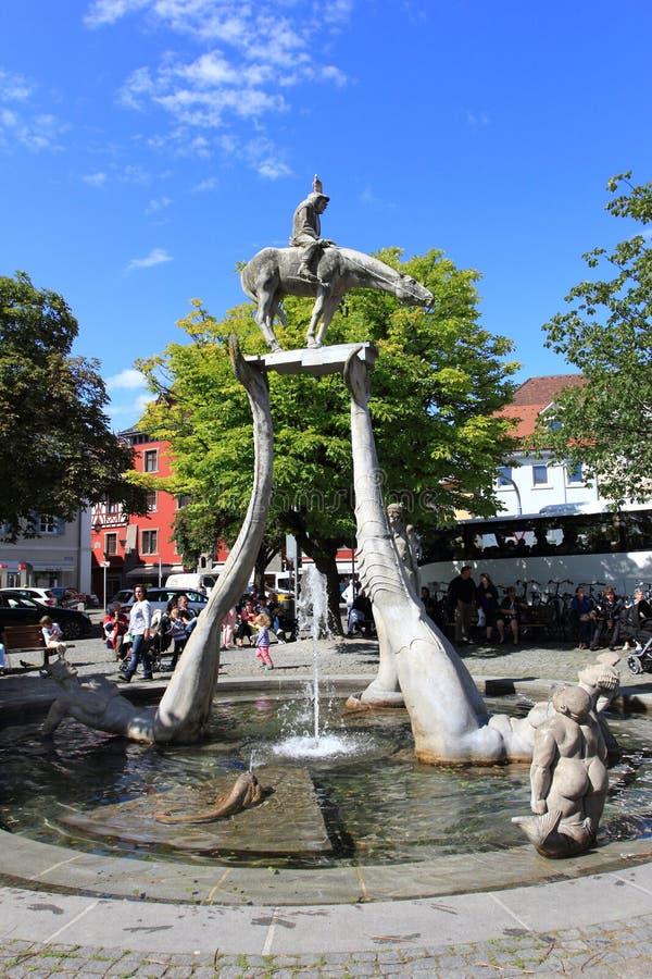 UBERLINGEN, DEUTSCHLAND, AM 14. AUGUST 2014: Peter Lenk-` s Brunnen ` Bodensee-Reiter ` im Stadtzentrum stockbilder