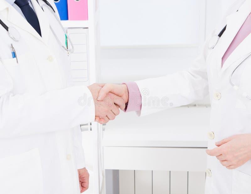 Ubezpieczenie Medyczne być pojęcia ręką opieki zdrowotnej pomoc opóźnioną pigułkę kosmos kopii fotografia royalty free