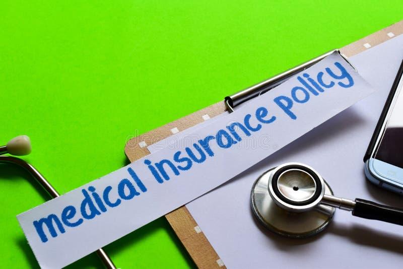 Ubezpieczenie medyczne polisa na opieki zdrowotnej pojęciu z zielonym tłem fotografia royalty free