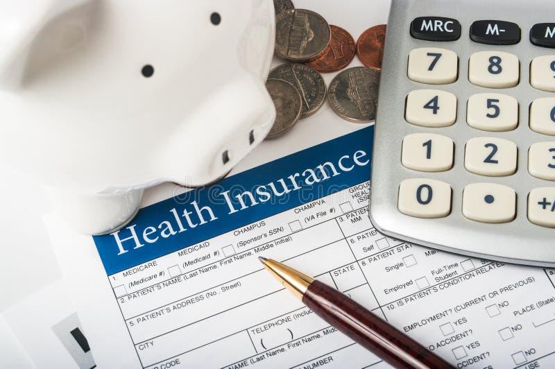Ubezpieczenie zdrowotne forma z prosiątko bankiem fotografia royalty free