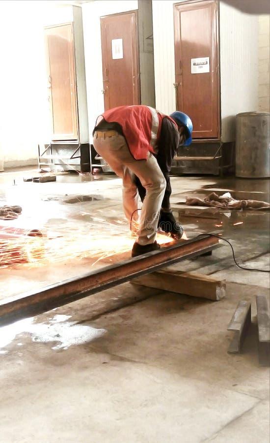 Ubicación: kankurgachi, kolkata, Bengala Occidental, p 17, pin-700054, la India Un trabajador en la soldadura de una hoja del hie imágenes de archivo libres de regalías