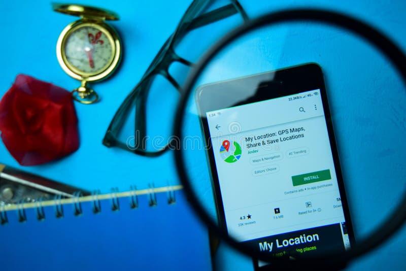 Ubicación: Mapas de GPS, parte y app de ahorro del revelador de las ubicaciones con magnificar en la pantalla de Smartphone fotos de archivo libres de regalías
