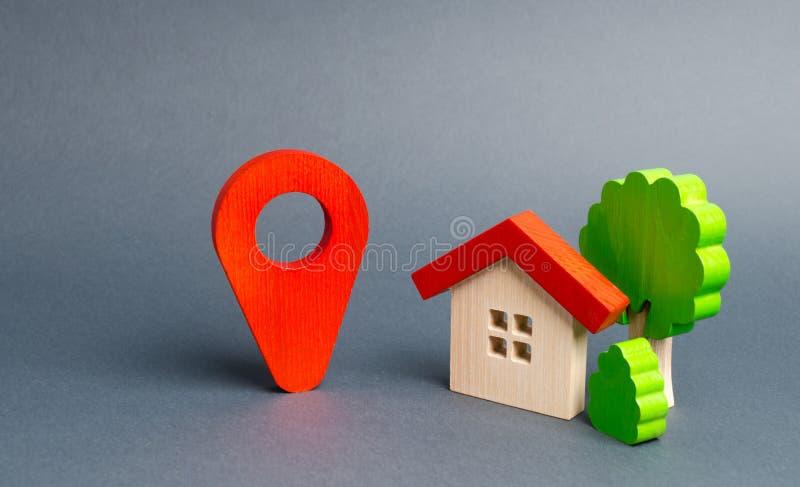 Ubicación roja y casa del marcador con los árboles Ubicación conveniente de la casa en relación con la infraestructura y los luga imagen de archivo libre de regalías
