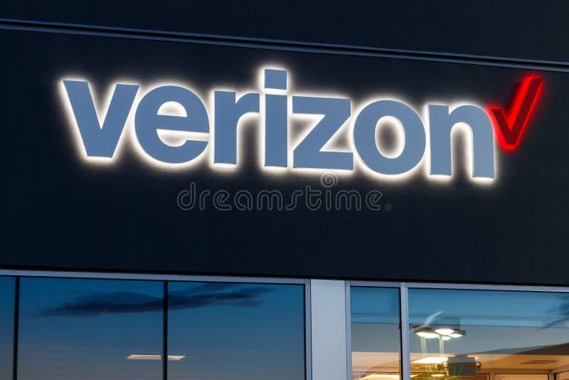 Ubicaci?n de la venta al por menor de Verizon Wireless Verizon entrega la radio, fibras ?pticas de gran capacidad y las comunicac imagen de archivo