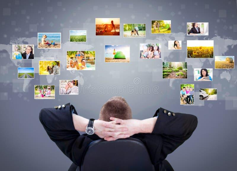 Ubicazione dell'uomo d'affari ed esaminare le immagini della galleria di foto immagini stock