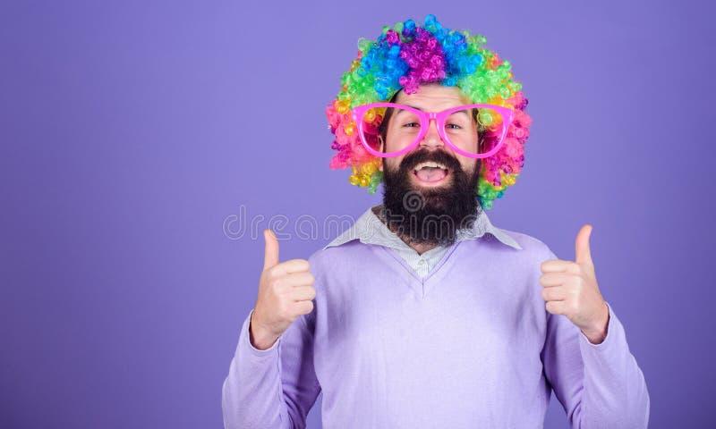 Ubierający w górę przyjęcia urodzinowego dla Mężczyzna gestykuluje aprobaty w mody peruce Brodaty mężczyzna w błazen peruki fryzu zdjęcie stock