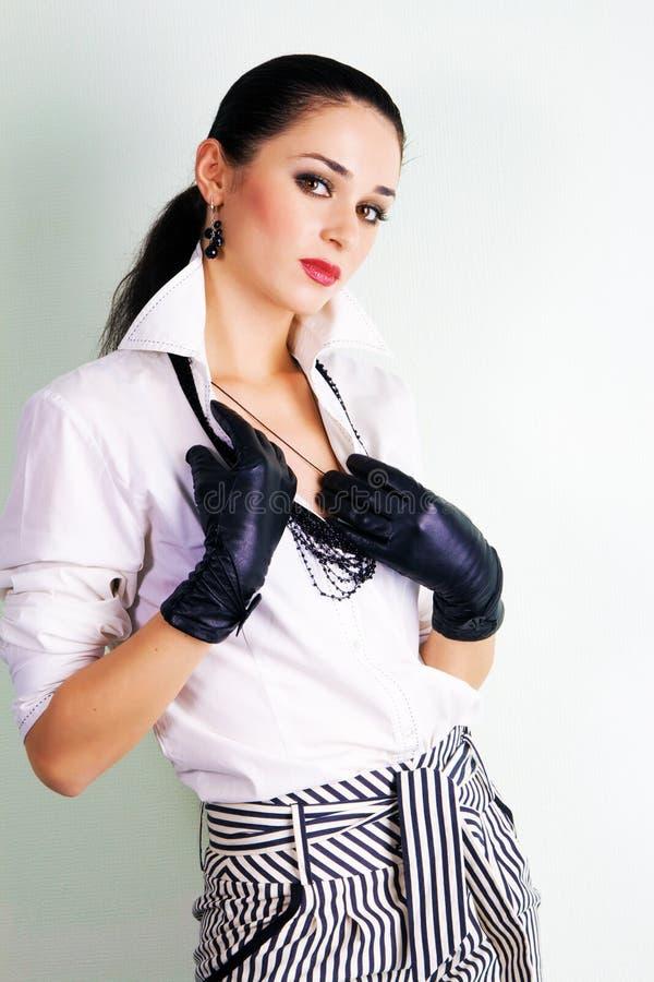 ubierająca elegancka uwodzicielska kobieta fotografia royalty free