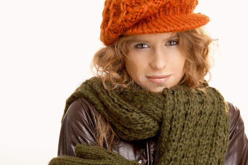 Ubierająca ubierać dla zima atrakcyjna młoda kobieta fotografia royalty free