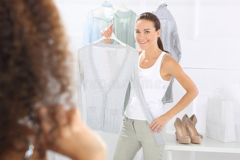 Ubierający, kobiet robić zakupy zdjęcie royalty free