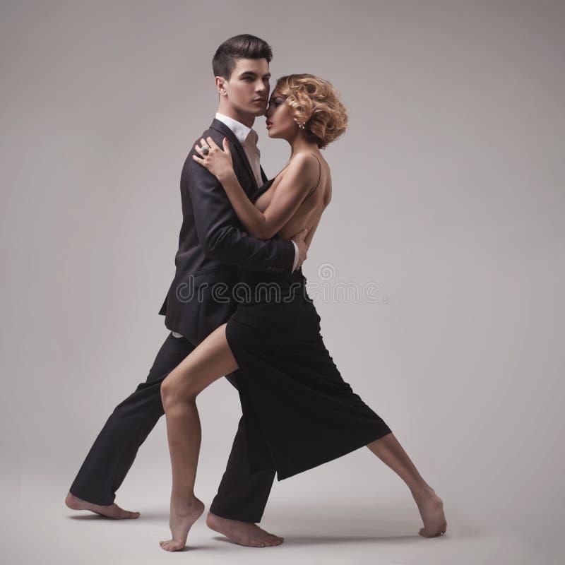 Ubierający retro pary dancingowy tango obraz stock