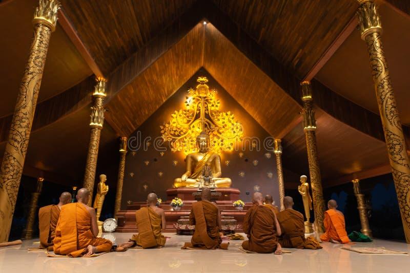 UBON RATCHATHANI, THAILAND - 18. Februar 2019: Gruppe buddhistische Mönche sind Gesang nachts vor Tag Makha Bucha an Wat Phu-prao stockfotos