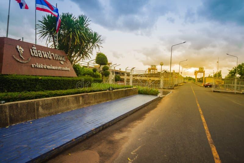 Ubon Ratchathani, Thailand - Juli 29, 2017: Het Pak Mun Dam-teken stock foto