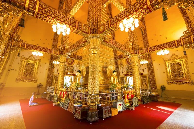 Ubon Ratchathani, Thailand 18 maart, 2018 : gouden Boedha in t stock afbeeldingen