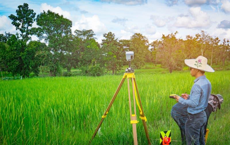 UBONRATCHATHANI, THAÏLANDE 26 SEPTEMBRE 2017 : L'ingénieur ou l'arpenteur futé asiatique travaille à l'écran de contrôleur pour l image stock