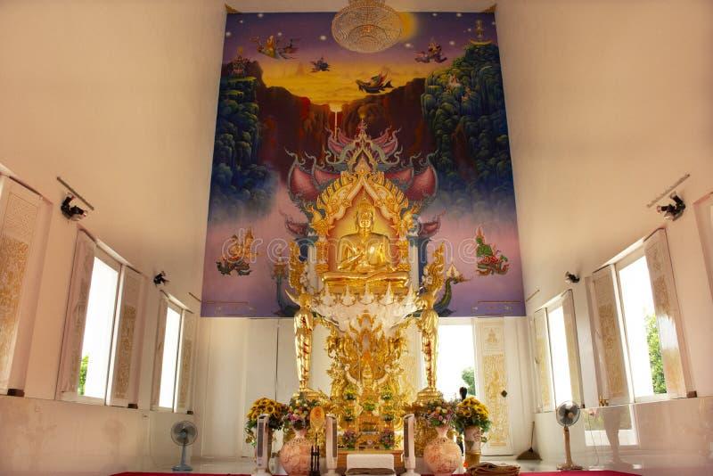 Ubosot et statue intérieurs de Bouddha de beau temple thaïlandais dans Rayong, Thaïlande photos libres de droits
