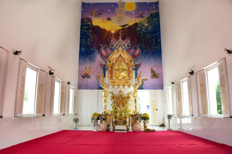 Ubosot et statue intérieurs de Bouddha de beau temple thaïlandais dans Rayong, Thaïlande images libres de droits