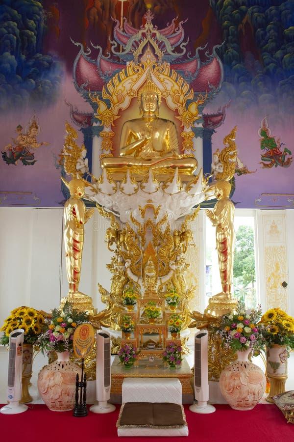 Ubosot et statue intérieurs de Bouddha de beau temple thaïlandais dans Rayong, Thaïlande photographie stock libre de droits