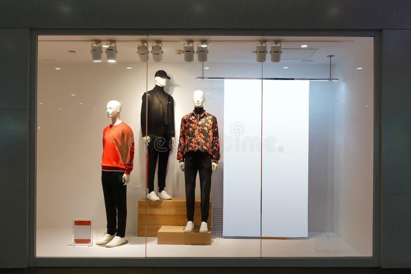 Ubraniowy sklepowy nadokienny męski mannequins pustego miejsca billboard obrazy stock