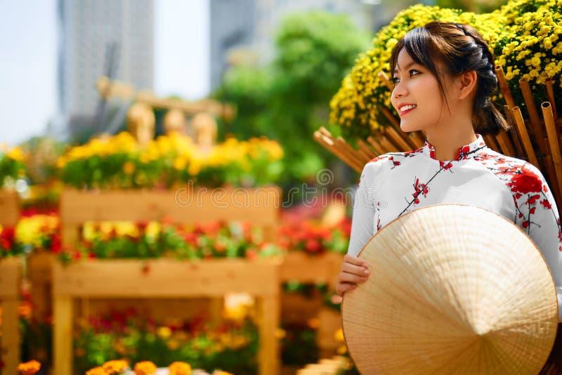 ubraniowy tradycyjny Wietnam Azjatycka dziewczyna W obywatelu Traditiona zdjęcia royalty free