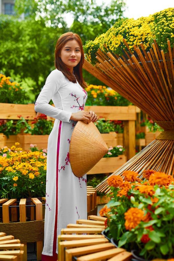 ubraniowy tradycyjny Wietnam Azjatycka dziewczyna W obywatelu Traditiona zdjęcie royalty free