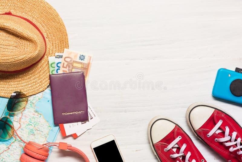 Ubraniowych akcesoriów odzież i podróż along dla mężczyzna zdjęcia royalty free