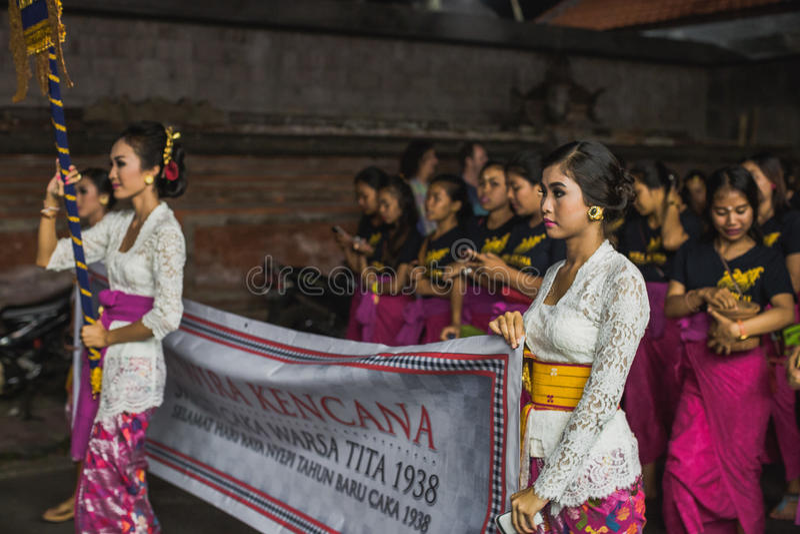 UBUD,巴厘岛- 3月8 :未认出的人在庆祝时 库存照片