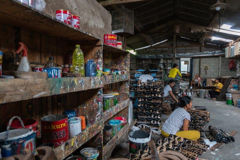 UBUD/BALI- 27-ОЕ АПРЕЛЯ 2019: Женские работники от Ubud делали ремесла маски которые были нарисованы и были покрашены используя т стоковые изображения rf