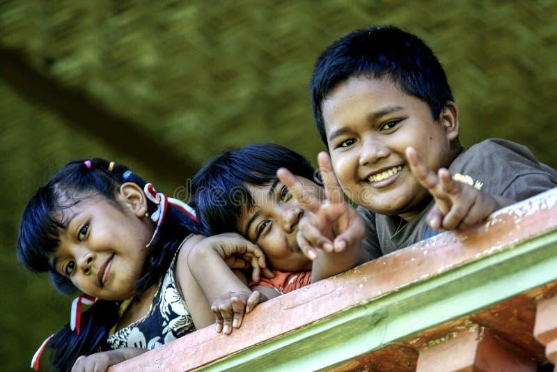 2010 08 07, Ubud, Bali Bambini sulla spiaggia Paesaggio con i bambini nel villaggio fotografie stock