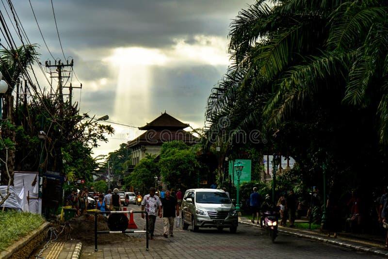 Ubud Bali gataplats med solstrålar och att gå för folk royaltyfria bilder