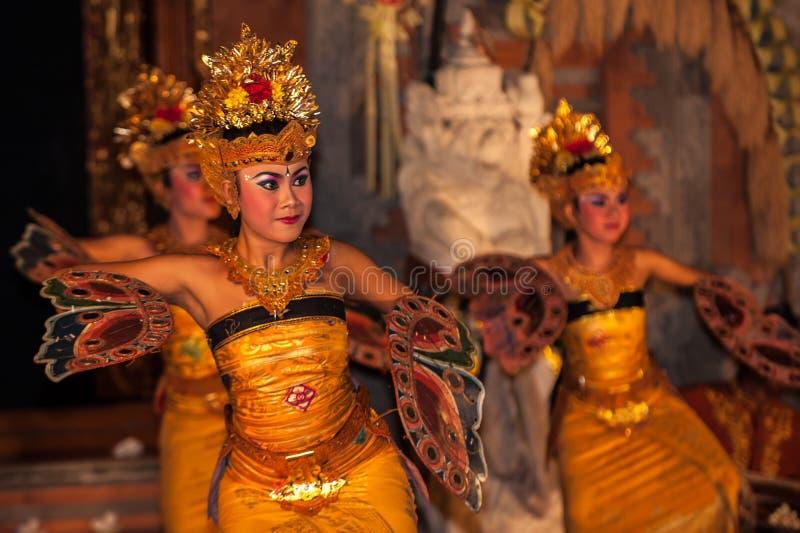 UBUD, BALI, INDONÉSIA - agosto, 07: Dança tradicional do balinese fotografia de stock