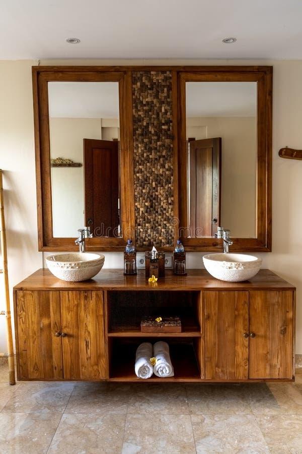 Ubud, Bali, Indonésie - janvier 2019 : Salle de bains d'hôtel de luxe intérieure avec des éléments de conception traditionnelle d photo libre de droits