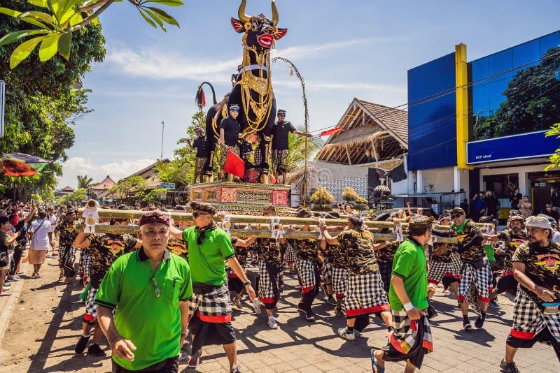 Ubud, Bali, Indonesien - 22. April 2019: Königliches Verbrennungszeremonie prepation Balinese hindus Religionsprozession bieten lizenzfreie stockfotos