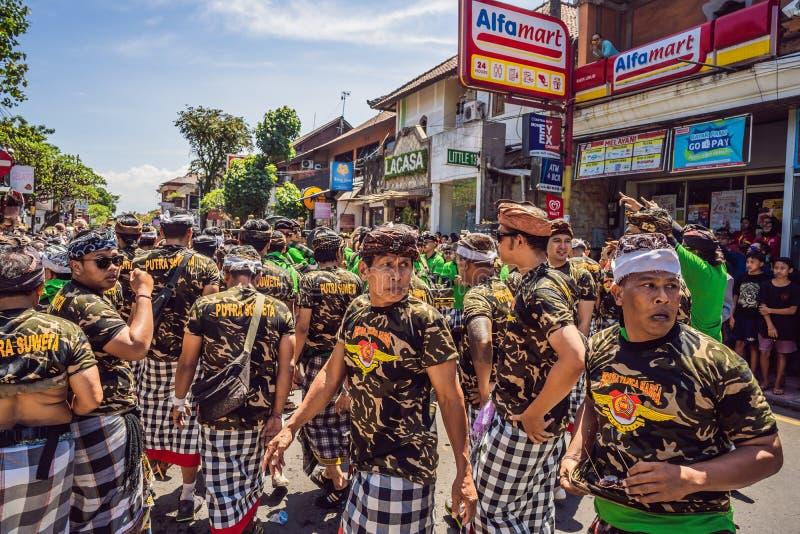 Ubud, Bali, Indonesien - 22. April 2019: Königliches Verbrennungszeremonie prepation Balinese hindus Religionsprozession bieten stockfotografie