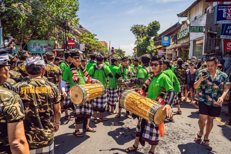 Ubud, Bali, Indonesien - 22. April 2019: Königliches Verbrennungszeremonie prepation Balinese hindus Religionsprozession bieten stockbilder