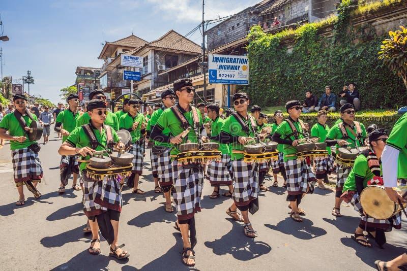 Ubud, Bali, Indonesien - 22. April 2019: Königliches Verbrennungszeremonie prepation Balinese hindus Religionsprozession bieten lizenzfreie stockfotografie