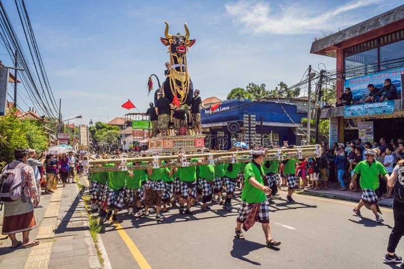 Ubud, Bali, Indonesien - 22. April 2019: Königliches Verbrennungszeremonie prepation Balinese hindus Religionsprozession bieten lizenzfreies stockbild