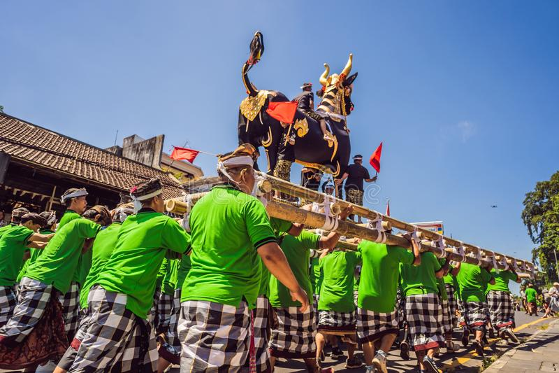 Ubud, Bali, Indonesien - 22. April 2019: Königliches Verbrennungszeremonie prepation Balinese hindus Religionsprozession bieten stockbild