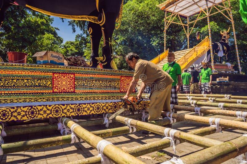 Ubud, Bali, Indonesien - 22. April 2019: Königliches Verbrennungszeremonie prepation Balinese hindus Religionsprozession bieten stockfotos